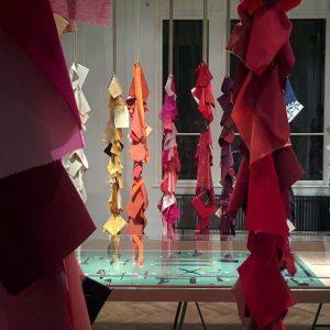 #handWERK: In der Ausstellung gibt es zahlreiche Materialproben, bei den #Anfassen ausdrücklich erwünscht ist. #Führung durch die...