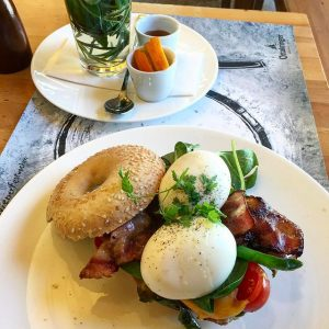 😋 #wien #vienna #mq #museumsquartier #brunch #hallee #bagel #bacon #eggs #spinach #food #foodie #foodlover #foodaddict #foodilicious #foodguide...