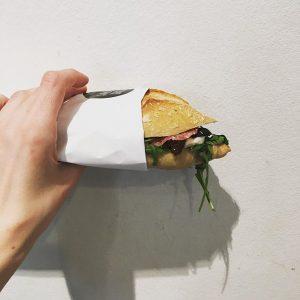 #sandwichderwoche #rucola #mozarela #getrocknetetomaten #oliven und wer will mit #salami #guerillabakery #fuckthebackmischung #welovetogetyoubaked Guerilla Bakery