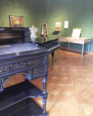 Historical Bureau 🎼 An diesem Schreibpult stand Johann Strauss Sohn, zu seiner Linken ...