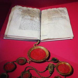 Exhibition highlights 📃Zu den Ausstellungshighlights zählen einer von wenigen erhaltenen Erstdrucken der Thesen Luthers von 1517, das...
