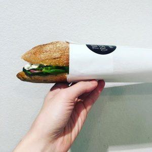 #sandwichderwoche mit #frischkäse #babyspinat #radischen #gurke #petersilöl #Schafskäse oder #salami ! #guerillabakery #fuckthebackmischung #welovetogetyoubaked
