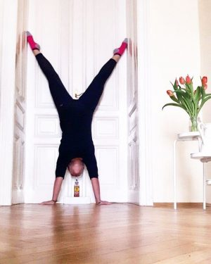 stay calm. do a handstand & drink some cold pressed vitaminator. #justsayin 💬☝ #focus #passion #balance #lifestyle...