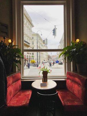 #josefstädterstraße #kaffeehaus #cafeeiles #eiles #café #coffeegram #goldregen #tulpen #tablewithaview #josefstadt #igersvienna #wieninbildern #achterbezirk #1080