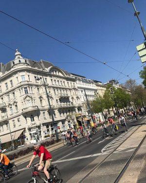 #radparade #igersvienna #wieninbildern #radfahren #wienerring #happysunday #streetview #cafeprückel