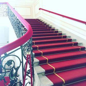 #staircasefriday! 🆙 #ilike #architecture #instaarchitecture #Präsidentschaftskanzlei #Hofburg #Ballhausplatz #redcarpet #roterteppich #beautiful #elegant #staircase #Treppe #Stiege #stairs #Bundespräsident...