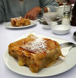 🍏Tea Time & ApfelStrudel ☕️#vienna#vienne#wien#apfelstrudel#foodporn#travel#traveladdict#voyageursdumonde#dessert#teatime#autriche#yummy#traditional#oesterreich#food#danke Cafe - Brasserie - Bar Palmenhaus