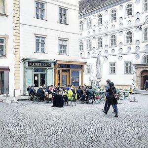#vienna #city #wien #igersaustria #igersvienna #ilovevienna #kleinescafe#franziskanerplatz#innerestadt#shopping#weekend #busy #facade #facadedetail #urbanstyle #urban #urbanism ...