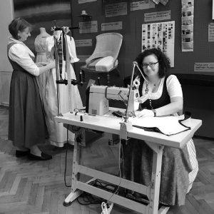 Noch bis zum morgigen Ausstellungsende von #handWERK. Tradiertes Können in der digitalen Welt geben die Damenkleidermacherinnen Gisela...