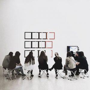 ภาพหนึ่งที่ชอบเกี่ยวกับ MUMOK กลับไม่ใช่ภาพบนฝาผนัง แต่เป็นภาพนี้ ภาพของนักศึกษาศิลปกับอาจารย์กำลังวิพากษ์ + ตีความงานที่อยู่ตรงหน้าอย่างเมามัน แบบไม่มีใครยอมใครรวมถึงอาจารย์ ดูแล้วเลยอดนึกถึงสมัยยังเรียนอยู่ และนี่ก็น่าจะเป็นอีก 1 กิจกรรมที่ชอบตอนสมัยเรียนมาก #mumok #discussion #curation