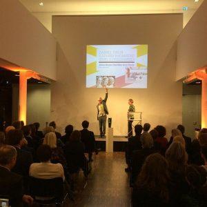 Kurator Georg Schöllhammer und Direktorin Karola Kraus bei der Verleihung des #kuratorenpreis2016, verliehen von @art.kunstmagazin