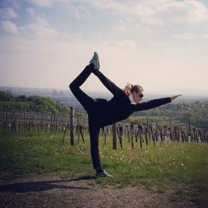 Wien bietet einfach alles. 1 Mai Wanderung in den Weinbergen #yogaeverywhere #yogavienna #standingbowpullingpose #Yoga #yogawithaview #bikramyogateacher #bikramyoga...