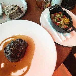Filetsteak und mediterranes Gemüse! Healthy & super delicious! #mottoamfluss #vienna #steak #beef #vegetables #mediterranean #stayhealthy #treatyourbodywell #bebalanced...