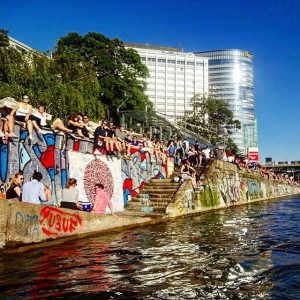 Sonnenanbeter. #donaukanal #donaukanaltreiben #igersvienna #igersaustria #outdoors #sun #latergram #bootstaxi #boat #taxi #skyline #adria #adriawien #water #swim #water...