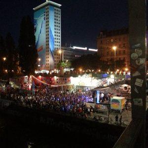 so viele menschen und lichter, musik und summerfeeling - wien ist toll ! #donaukanaltreiben #wienbeinacht #vienna #ilovevienna...