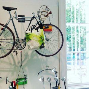 Exzellentes Fahrrad-Wetter! #stop'n'shop @mak_designshop #mak_vienna #art #design #vienna #ringstrassewien #200jahrefahrrad #fahrradfilet #freitag #summerinthecity MAK Design Shop