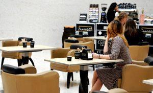 Genießt eine Tasse Kaffee in künstlerischer Atmosphäre im Atrium des #LeopoldMuseum vom Espressomobil!