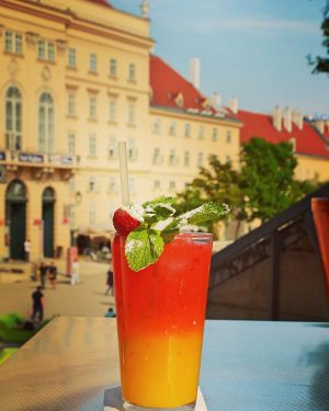 Ab ins Wochenende! #hallecaferestaurant #summerinthecity #visitmq #cooldrinks #sundowner #vienna Halle ❘ Café.Restaurant