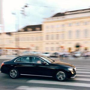 попытка запечатлеть #eclass в движении. смазался, но мне почему-то все равно очень нравится фотка. #drivingvienna MQ –...
