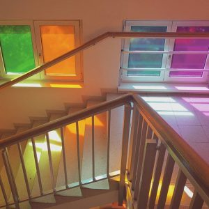 Life is colorful #🔷♦️🔶 // #letthelightshinein #lighting #light #sunlight #colorful #life #colors #windows #stairs #magdashotel #stairway #licht #stufen #stiegen #hotel #farben #farbenfroh Magdas HOTEL