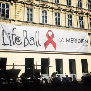 Count down #lemerdienhotel #planeislandingtoday #fullhouse #lifeball2017 @lifeball_official 🗽✈️🌈💃🕺🏽 Le Méridien Vienna