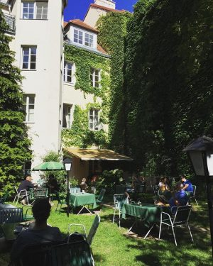Having fun with the mum @kleinste_baerin #secretgarden #gartencafé #1060vienna #summerlife Gartencafé