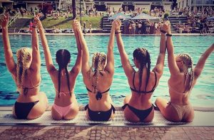 🐠SundayFunday🐬🐠🐳🐟💦 #mermaids#poolparty#danzon#girlypower#h2o#swimsuit#braids#sunbathing Schönbrunner Bad