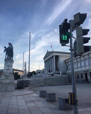 #bigbusvienna #bigbus #bigbustour #bigbustours #vienna #wien #austria #österreich #parlament #trafficlight #urlaub #ferias #holidays #summer #bluesky #travelphotography #travel...