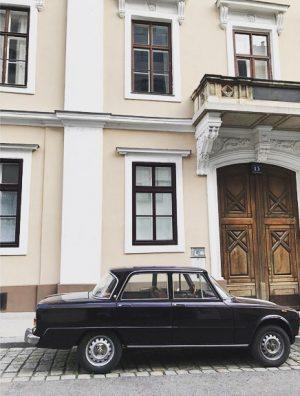 #skodagasse #asundaycarpic #alfaromeo #vintagecar #balcony #balkon #doorsofvienna #josefstadt #igersvienna #wien8 #vienna8 #wienliebe