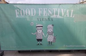 Bon appétit #foodfestival #foodfestivalvienna #foodfestivalvienna #festival #mq #museumsquartier #foodtruck #streetfood #nomnomnom #hungry #couple #handinhand #wallart #streetart #streetphotography...