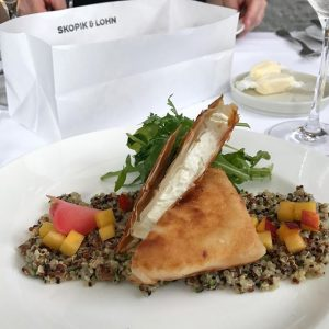 New post on plumplaces.com. Link in Bio.  @skopikundlohn is a feel-good restaurant that serves traditional dishes often with a modern touch. This pic: quinoa salad with nectarine and goat cheese in filo dough. Effective.  #skopikundlohn #vienna #wien #austria #österreich #restaurant #leopoldstadt #plumplaces Skopik & Lohn