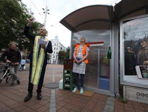 Performerin #BarbaraUngepflegt übersiedelt für zwei Wochen in eine #Bushaltestelle im öffentlichen Raum - mit #Dompfarrer #ToniFaber s...