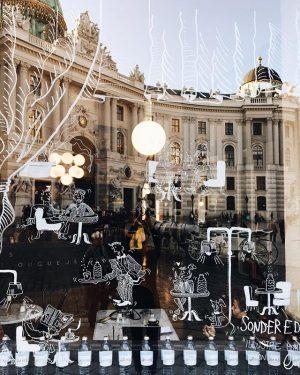 Mini-People Kunst von @onxydizzyfingers // @voeslauermineralwasser in den Fenstern de rien! Darf sehr gerne bestaunt werden 👌🏽...