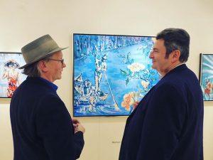 Der Künstler Roman Scheidl zeigt seine Gemälde dem berühmten Geiger Tibor Kovác. @fairforartvienna @galerieszaal #kunstmesse #kunst #tiborkovac...