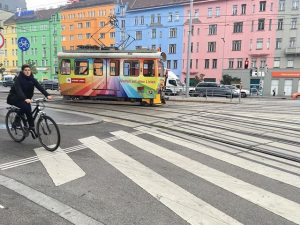 Bunte Häuser, bunte Bahn 🌈❤️ #wien #quartierbelvedere #wienerlinien FLiP - Erste Financial Life Park