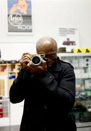 Der britische Sänger Seal im Leica Shop Wien #Leica #LeicaNoctilux Foto: WestLicht