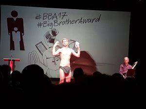 @eSeLat beim Daten-FKK in der Biedermeierzeit... #BBA17 #BigBrotherAward @RabenhofTheater Ist er nicht geil...?