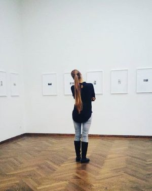 mit den #augen hören . . . #lastnight #girlsinmuseums #lookingatthings #exhibition #art #museum #photography #frombehind #longhair #pferdeschwanz...