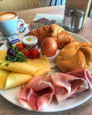 Wir wünschen einen guten Start in die neue Woche ✌️ #café #bar #restaurant #eventlocation #museumsquartierwien #art #leopoldmuseumwien...
