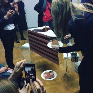 Mega cake!!! Das weisse haus celebrate its birthday with Hanakam&Schuller. But stay tuned... #10jahredasweissehaus #dontcallitoffspace #vienna #wien #viennaartweek #viennaartweek2017 #finissage