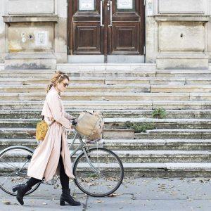 Cecilia von @weareflowergirls sieht man in Wien nur auf ihrem Fahrrad. Sogar bei Schnee flitzt das Flowergirl...