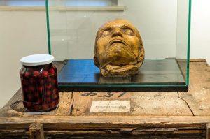 Beethoven's death mask 💀 Der Komponist starb am 26. März 1827 an Leberzirrhose in einem Haus in...