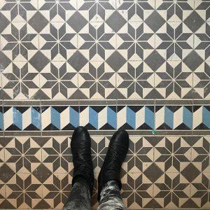 Die sind aber besonders schön, nicht? #fliesencity #geometriewahnsinn #sternderlschaun #bodenschätze Vienna, Austria