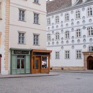 Morgens in Wien .. . . #vienna #franziskanerplatz #kleinescafe #franziskanerkloster #streetsofvienna #lieblingsplätze #viennamylove ...