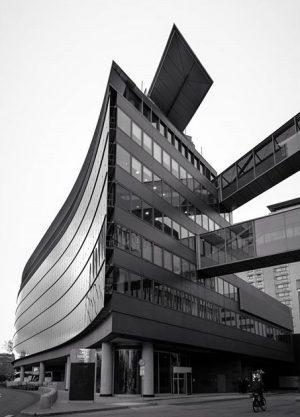I've never seen this beautiful hotel from this angle #hiltonvienna #architecture #architektur #wien #stadtpark #blackandwhitephotography #igersvienna #hanshollein...