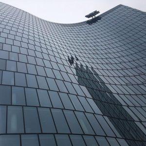 Hoch 🔝 . . . #highrise #lookup #fromwhereistand #viertelzwei #omv #glas #housefront #officebuilding #tower #vertigo #architecture #architecturephotography...