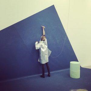 cesta k umeniu vedie cez alobal 🙏 coskoro vo vasich aukcnych sienach #aluminium #coat #modernart #mumok #vienna...