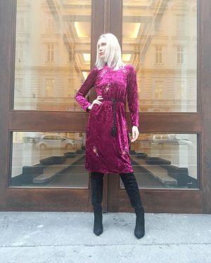 #finalsale #lookoftheday ❤️ Ingrid #wearing a #velvetdress by #elliwhite #nowonsale for €49,- at #magazinamgetreidemarkt 👌🏻 #ootd #saleneverlookedthisgood...