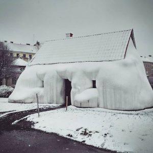 Кажется, что дом замёрзший, но на самом деле просто жирный 😁 . . . #fathouse #vienna #austria...