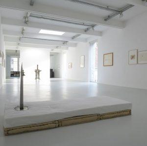 Walter Pichler. Schmetterling Gebäude und Frau aus Metall, Installation shot, Galerie Elisabeth & Klaus Thoman, Innsbruck, 2017...